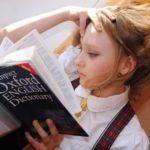 英語を勉強する女の子