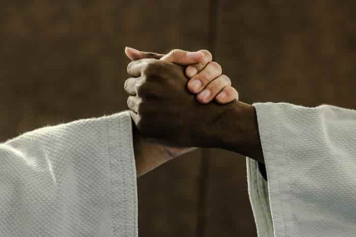 柔道着で握手