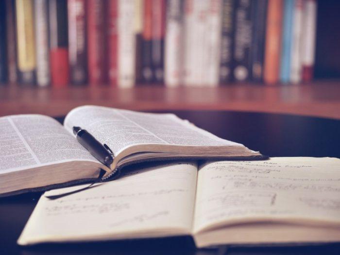 本とノートとペン