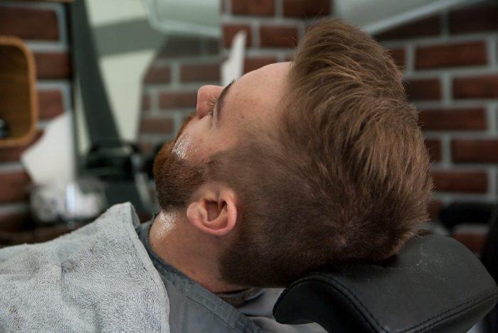 ひげ脱毛中の男性