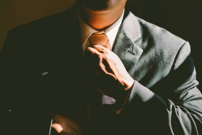 スーツを着るサラリーマン