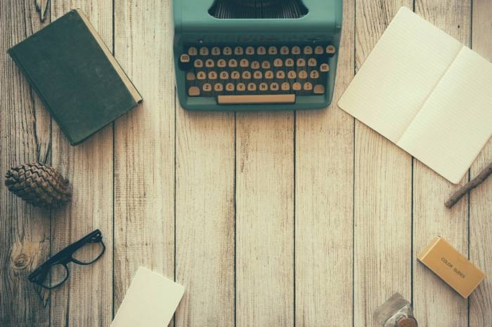 机と筆記用具